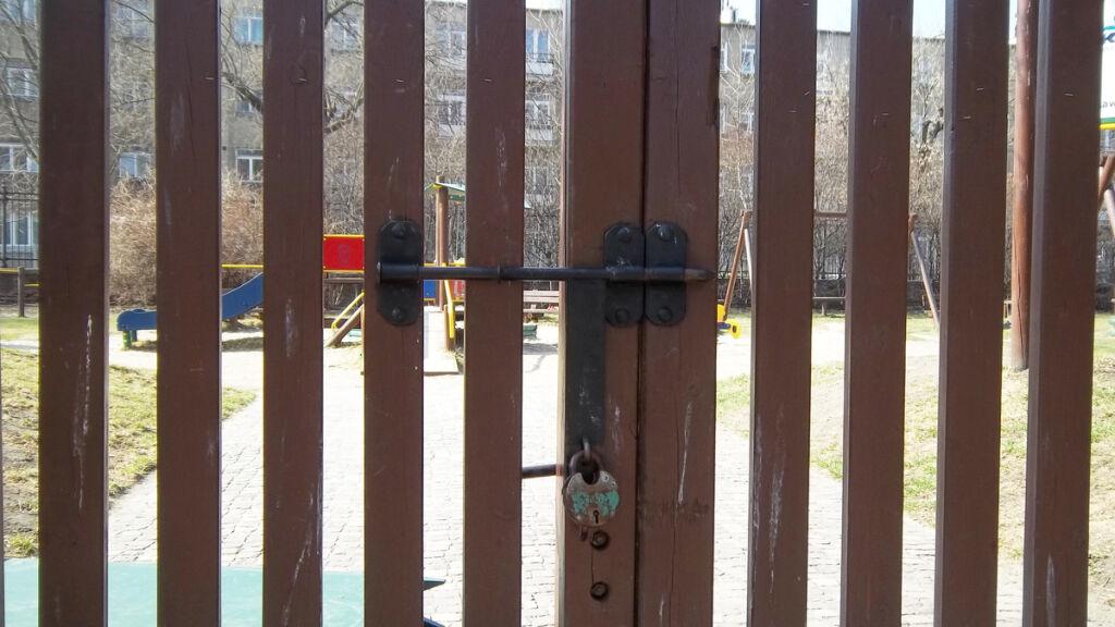 łazienki Plac Zabaw Od Lat Czeka Za Płotem śródmieście