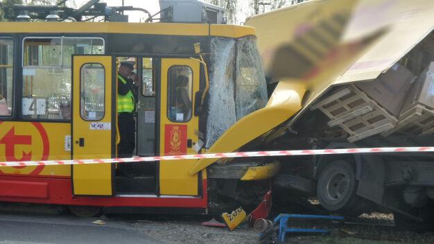 Ciężarówka wypełniona paczkami zderzyła się z tramwajem