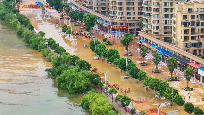 Deszcz, jakiego nie było od dekad. Po koronawirusie walczą z wielką wodą