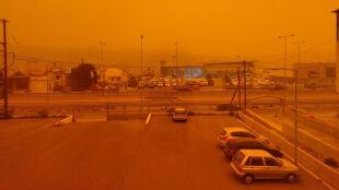 """Pył saharyjski dotarł do Europy. Niebo """"zapłonęło"""" nad Grecją"""